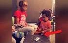 El hijo de 2 años mantiene el ritmo mientras la mama canta y demuestra de tener un talento formidable