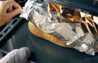 Taglia la pagnotta a dadini e inserisce le fette di formaggio: ciò che esce dal forno è sublime