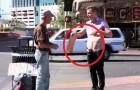 Der junge Mann schnappt sich sein Schild, aber der Obdachlose hat keine Ahnung von der Überraschung, die er empfangen wird