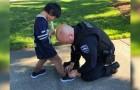 De politie koopt schoenen voor een kind nadat ze hem met vuile sokken hebben zien lopen