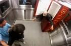 A pegadinha do morto no elevador