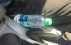 De brandweer waarschuwt om plastic flessen nooit in de auto achter te laten
