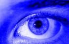 La luce blu dei nostri dispositivi fa male alla vista: ecco cosa avviene all'interno dell'occhio