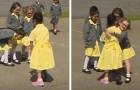 Una bimba torna a scuola con una nuova protesi alla gamba: la reazione dei suo amici è commovente