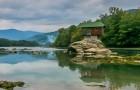 Tutti avete visto le foto di questa incredibile casa sospesa sul fiume, ma pochi conoscono la sua storia