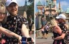 Si sono chiesti la mano nello stesso momento a Disneyland: ecco il video che ha catturato il momento