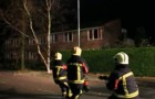 Pendant qu'ils tirent la corde, les pompiers se sentent aidés par quelqu'un : quand ils découvrent qui c'est, ils éclatent de rire.