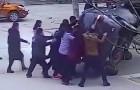 Las acciones de los heroes tomadas en este video les devolveran la confianza en el genero humano