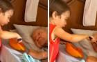 Het kind helpt zijn oude opa met eten... en de video ontroert duizenden mensen!