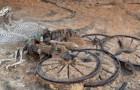 Door bulldozers van een bouwbedrijf komt er een kar tevoorschijn uit de IJzertijd met paarden en al