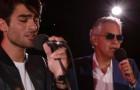 Andrea Bocelli e il figlio Matteo emozionano il mondo cantando insieme un brano famosissimo... Meravigliosi!