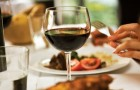 Beber um cálice de vinho antes de dormir ajuda a emagrecer: é o que diz a ciência