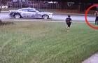Il poliziotto ferma la volante vedendo un bambino che gioca da solo in giardino: il suo semplice gesto commuove il quartiere