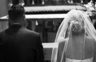 Ela descobre que seu noivo a está traindo: no dia do casamento ela lê uma mensagem ao invés das suas promessas