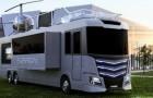 Camping Deluxe: Dieser futuristische Camper hat einen Whirlpool und einen Hubschrauber auf dem Dach