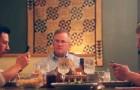 Die Kinder hören nicht auf, ihre Handys am Tisch zu benutzen: Der Vater sorgt auf lustige Art und Weise für Ordnung