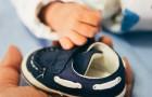 En fotvårdsspecialist förklarar varför barn som ännu inte kan gå inte borde ha skor på sig