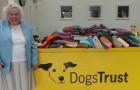 Cette femme de 89 ans a cousu 450 manteaux et couvertures pour les chiens errants d'un refuge
