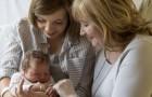 Pendant que tout le monde se concentre sur le nouveau-né, la grand-mère se concentre sur sa fille