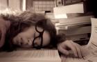 Eine Studie verrät: Bei zu wenig Schlaf beginnt das Gehirn, sich buchstäblich selbst zu