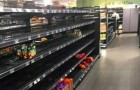Een supermarkt besluit alle buitenlandse producten uit de schappen te halen, om te protesteren tegen racisme
