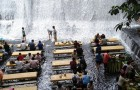Questo ristorante nelle Filippine si trova alla base di una cascata, ed è uno spettacolo da mozzare il fiato