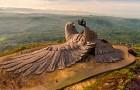 Es ist die höchste Skulptur eines Vogels der Welt: nach 10 Jahren Arbeit ist sie hier endlich in all ihrer Pracht