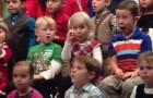 Menina interpreta canções natalícias com a linguagem dos sinais para seus pais que não ouvem