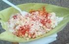 Ein Restaurant begann, Lebensmittel in Maisblättern zu verkaufen, um den Einsatz von Kunststofftellern zu reduzieren