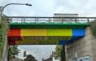 Un artista ha trasformato un ponte anonimo in una gigantesca costruzione fatta con i LEGO