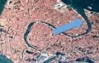 Venedig hört nie auf zu begeistern: Von oben gesehen hat es die Form eines eleganten Schwans, der seine Flügel ausbreitet