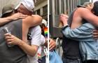 Durante la parata del Pride un papà regala abbracci gratis a tutti i giovani che sono stati rifiutati dai propri genitori