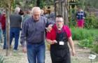 Un bellissimo progetto tra le colline toscane: gli anziani insegnano ai giovani disabili come coltivare la terra