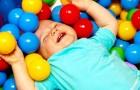 Attention aux piscines à boules colorées : une étude met en garde les parents contre les risques invisibles
