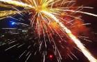 Een drone neemt prachtige beelden op terwijl hij door het vuurwerk heen vliegt