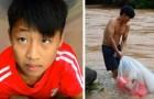 Barnen i denna by tar sig över floden i stora plastpåsar bara för att kunna komma till skolan
