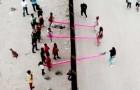 An der Grenze zwischen den USA und Mexiko gibt es eine rosa Wippe, die die Mauer der Teilung zwischen den Völkern