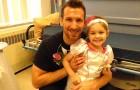 Un enfermero y una niña de 4 años afectada de leucemia juegan a