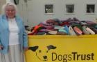 Questa donna ha realizzato a mano 450 coperte da donare ai cagnolini di un rifugio