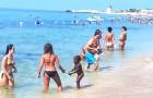 A Trapani le mamme in spiaggia aiutano una venditrice ambulante badando alla figlia di 3 anni