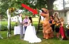 Questa damigella d'onore si è presentata al matrimonio della sorella vestita da T-Rex