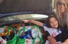 Ao invés de presentes de aniversário, esta menina pediu comida para cachorros e doou para uma fundação animalista