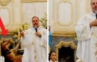This priest saves dogs from the street and takes them with him to Mass to find them an adoptive family