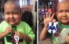 Este niño enfermo de cáncer realiza porta llaveros de colores para pagarse el tratamiento médico