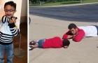 Cet enfant autiste fait une crise en attendant le bus : l'assistant le calme en s'allongeant par terre avec lui