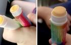 Een slim meisje vervangt lippenbalsem door kaas om het tijdens de les op te eten