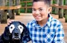 Ce petit garçon atteint de vitiligo surmonte la dépression grâce à un chien avec la même condition