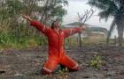 Finalmente piove in Amazzonia: i pompieri volontari si inginocchiano e danzano per la gioia