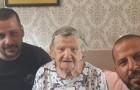 Palestijnse loodgieters laten een oude Israëlische vrouw niet betalen nadat ze hebben gehoord dat ze de Holocaust heeft overleefd