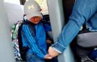 L'autista dello scuolabus stringe la mano di questo bimbo in lacrime al suo primo giorno di scuola